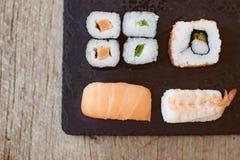 Suszi Ustalony sashimi i suszi rolki słuzyć Obrazy Royalty Free