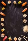 Suszi ustawiający na ciemnym tle minimalista zdjęcie royalty free