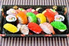 Suszi Ustawiający na tacy w japońskim jedzenie stylu Obrazy Royalty Free