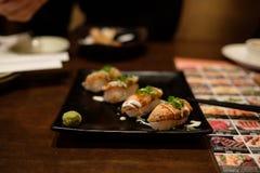Suszi w restauraci z piec na grillu łososiem obraz royalty free