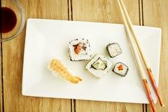 Suszi z chopsticks Obrazy Royalty Free
