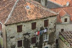 Suszyć odzieżowego outside w starym miasteczku Kotor Fotografia Stock