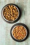 suszy karmowego zwierzęcia domowego Suszę kibble jedzenie w metalu pucharze obraz royalty free