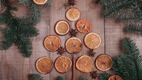 Suszy plasterki pomarańcze kłama na stole ornament dekoracyjny C Zdjęcie Stock