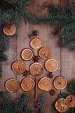 Suszy plasterki pomarańcze kłama na stole ornament dekoracyjny C Fotografia Royalty Free