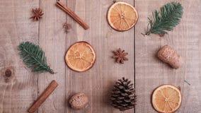Suszy plasterki pomarańcze kłama na stole ornament dekoracyjny C Zdjęcia Royalty Free