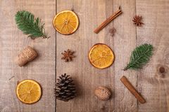 Suszy plasterki pomarańcze kłama na stole ornament dekoracyjny C Obraz Royalty Free