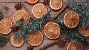 Suszy plasterki pomarańcze kłama na stole ornament dekoracyjny C Fotografia Stock