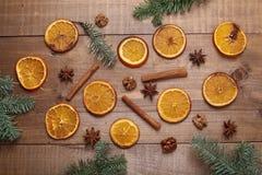 Suszy plasterki pomarańcze kłama na stole ornament dekoracyjny C Zdjęcie Royalty Free