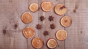 Suszy plasterki pomarańcze kłama na stole ornament dekoracyjny C Obrazy Royalty Free