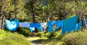 Suszy prześcieradła po myć w słońcu na drucie fotografia royalty free
