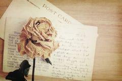 Suszy różaną i starą pocztówkę z ręcznie pisany Miękkiego światła rocznik s Obraz Royalty Free