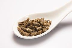 Suszy zielonej medycznej ziołowej herbaty w białej ceramicznej łyżce Fotografia Royalty Free