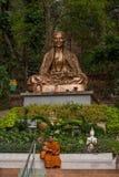 Suthep i Chiang Mai, Thailand den nästa munken gillar foten Royaltyfri Bild