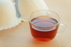 Sutiã, copo de chá na tabela de madeira Fotos de Stock Royalty Free