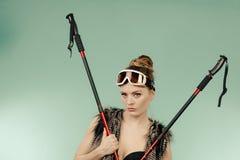 Sutiã vestindo da mulher e guardar polos de esqui imagens de stock royalty free