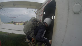 Sutiski,乌克兰- 2017年6月24日:跳伞运动员在登陆以后运载一个降伞 Skydive乌克兰是skydiving的中心 图库摄影