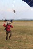 Sutiski,乌克兰- 2017年6月24日:跳伞运动员在登陆以后运载一个降伞 Skydive乌克兰是skydiving的中心 库存照片