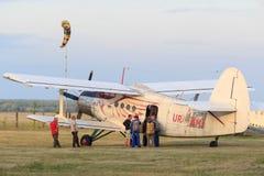 Sutiski, Ουκρανία - 24 Ιουνίου 2017: Το Skydivers φέρνει ένα αλεξίπτωτο μετά από να προσγειωθεί Το Skydive Ουκρανία είναι το κέντ Στοκ Φωτογραφία