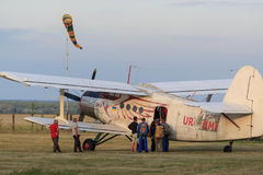 Sutiski, Ουκρανία - 24 Ιουνίου 2017: Το Skydivers φέρνει ένα αλεξίπτωτο μετά από να προσγειωθεί Το Skydive Ουκρανία είναι το κέντ Στοκ Εικόνα