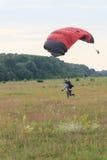 Sutiski, Ουκρανία - 24 Ιουνίου 2017: Το Skydivers φέρνει ένα αλεξίπτωτο μετά από να προσγειωθεί Το Skydive Ουκρανία είναι το κέντ Στοκ Εικόνες