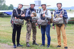 Sutiski, Ουκρανία - 24 Ιουνίου 2017: Το Skydivers φέρνει ένα αλεξίπτωτο μετά από να προσγειωθεί Το Skydive Ουκρανία είναι το κέντ Στοκ εικόνα με δικαίωμα ελεύθερης χρήσης