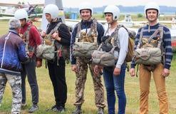Sutiski, Украина - 24-ое июня 2017: Skydivers носят парашют после приземляться Skydive Украина skydiving центр Стоковые Изображения