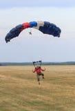 Sutiski, Украина - 24-ое июня 2017: Skydivers носят парашют после приземляться Skydive Украина skydiving центр Стоковое фото RF