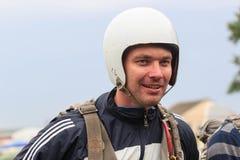 Sutiski, Украина - 24-ое июня 2017: Skydivers носят парашют после приземляться Skydive Украина skydiving центр Стоковое Изображение