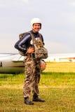 Sutiski, Украина - 24-ое июня 2017: Skydivers носят парашют после приземляться Skydive Украина skydiving центр стоковое изображение rf