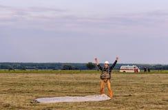 Sutiski, Украина - 24-ое июня 2017: Skydivers носят парашют после приземляться Skydive Украина skydiving центр стоковая фотография rf