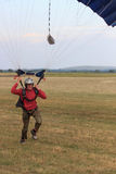 Sutiski, Украина - 24-ое июня 2017: Skydivers носят парашют после приземляться Skydive Украина skydiving центр стоковое фото