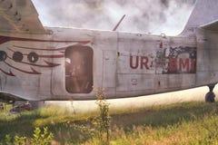 Sutiski, Ucrania - 24 de junio de 2017: Los Skydivers llevan un paracaídas después de aterrizar Salte en caída libre Ucrania es e Fotos de archivo