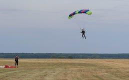 Sutiski, Ucrania - 24 de junio de 2017: Los Skydivers llevan un paracaídas después de aterrizar Salte en caída libre Ucrania es e Foto de archivo
