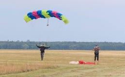 Sutiski, Ucrania - 24 de junio de 2017: Los Skydivers llevan un paracaídas después de aterrizar Salte en caída libre Ucrania es e Imagenes de archivo