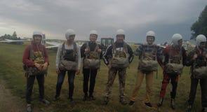 Sutiski, Ucrania - 24 de junio de 2017: Los Skydivers llevan un paracaídas después de aterrizar Salte en caída libre Ucrania es e Imagen de archivo libre de regalías