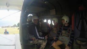 Sutiski, Ucrania - 24 de junio de 2017: Los Skydivers llevan un paracaídas después de aterrizar Salte en caída libre Ucrania es e Fotografía de archivo libre de regalías