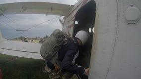 Sutiski, Ucrania - 24 de junio de 2017: Los Skydivers llevan un paracaídas después de aterrizar Salte en caída libre Ucrania es e Fotografía de archivo