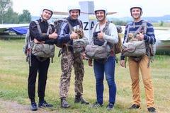 Sutiski Ukraina - Juni 24, 2017: Skydivers bär en hoppa fallskärm, når de har landat Hoppa med fritt fall Ukraina är den hoppa me royaltyfri bild
