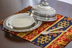 Sutlac del budino di riso in piatto di rame con i cucchiai di legno fotografia stock libera da diritti