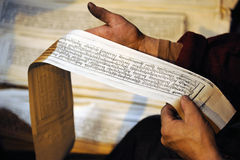 Sutras en las manos tibetanas del trabajador. Imágenes de archivo libres de regalías