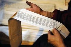 Sutras sur les mains tibétaines d'ouvrier. Images libres de droits