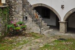 Sutrio, Carnia, Friuli, Италия Старый двор Стоковые Изображения
