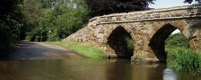 Sutton: Ponte medievale e Ford Fotografie Stock