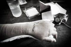 Sutura de la mano herida con los instrumentoes de viento Imagenes de archivo