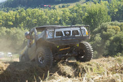 SUV克服地形障碍。 免版税库存照片