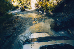 SUV十字架山河在森林Gelendzhik,俄罗斯里 免版税库存照片