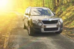 SUV在森林里 免版税库存图片