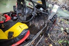 SUV在热带密林- 2013 3月7日,冒险趟过一条岩石河的汽车热心者使用修改过的四轮汽车 免版税库存图片