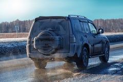 SUV在高速公路的冬天进来 免版税库存图片
